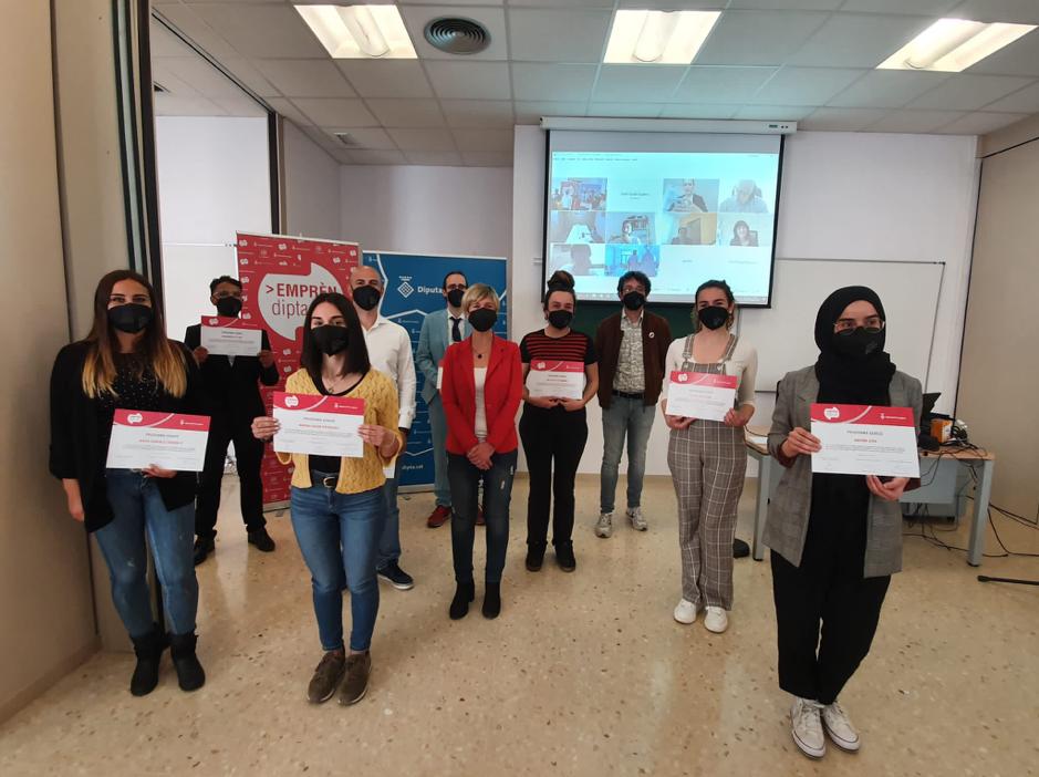 Noemí Llauradó i Sans, presidenta de la Diputación de Tarragona junto con los 9 jóvenes del programa Genius.